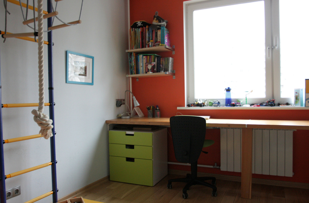 Письменный стол возле окна своими руками 21