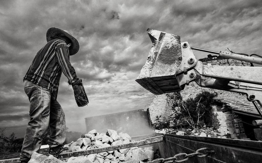 Depois de queimada, a pedra da cal é retirada dos fornos e encaminhada para as usinas de beneficiamento