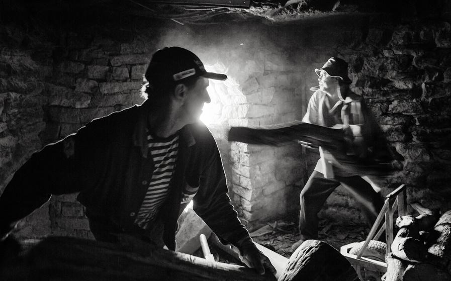 Foguistas se revezam no abastecimento do forno, em jornadas que duram uma noite inteira